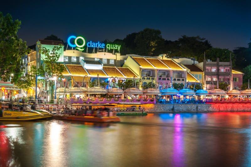 五颜六色的轻的大厦在晚上在克拉码头,位于在新加坡河地区内 图库摄影