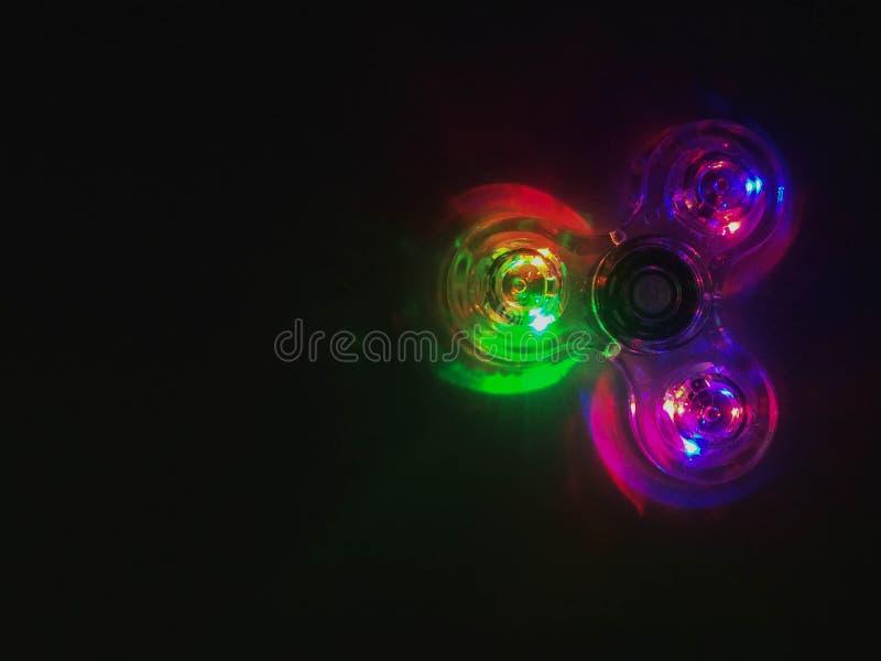 五颜六色的轻的霓虹圈子在深黑色背景中 库存照片