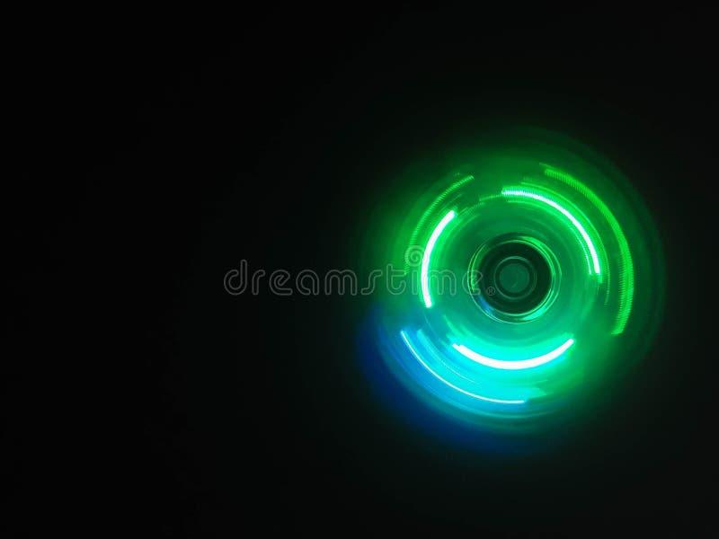 五颜六色的轻的霓虹圈子在深黑色背景中 免版税图库摄影
