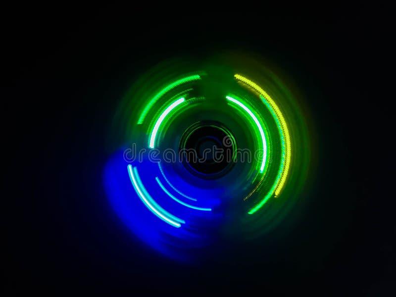 五颜六色的轻的霓虹圈子在深黑色背景中 免版税库存图片