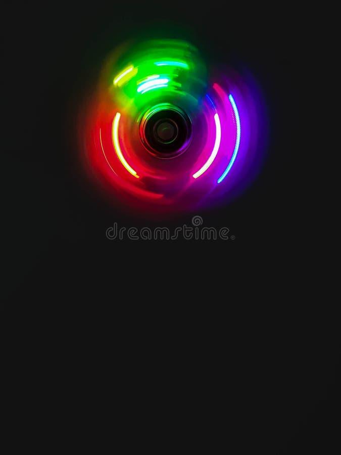 五颜六色的轻的霓虹圈子在深黑色背景中 免版税库存照片