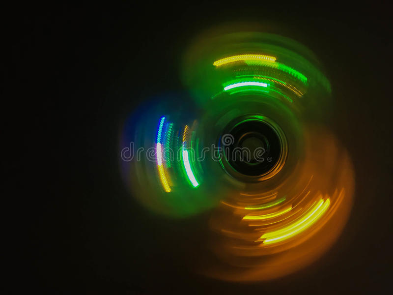 五颜六色的轻的霓虹圈子在深黑色背景中 库存图片