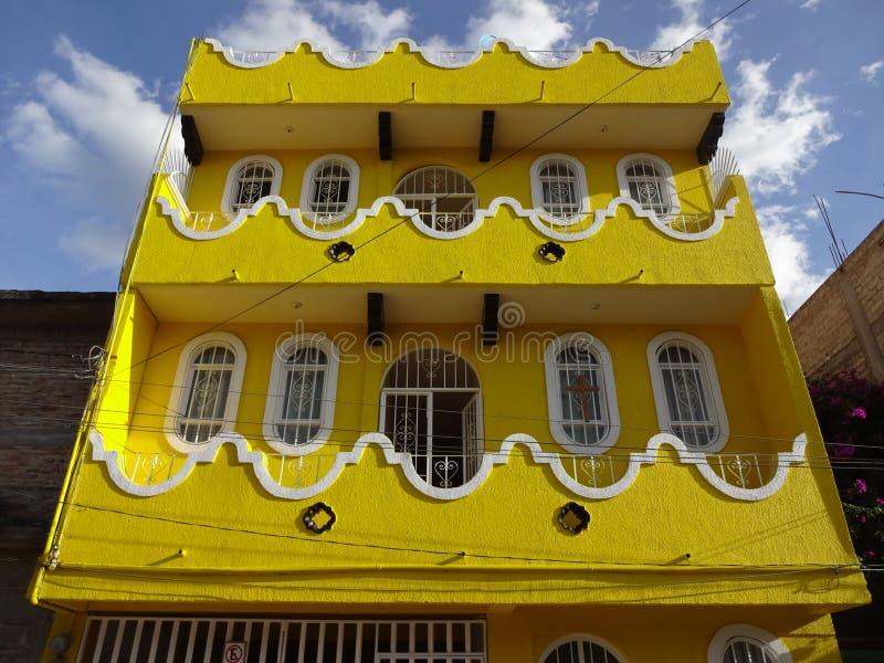 Download 五颜六色的黄色议院在奇尔潘辛戈 库存图片. 图片 包括有 室外, 热带, 墨西哥, 五颜六色, 房子, 视窗 - 62525497
