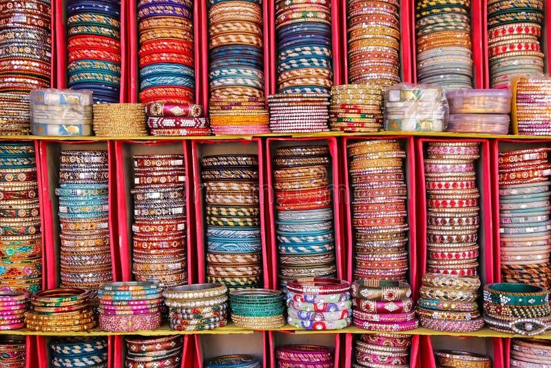 五颜六色的bangels显示在城市宫殿里面的在斋浦尔,印度 库存照片