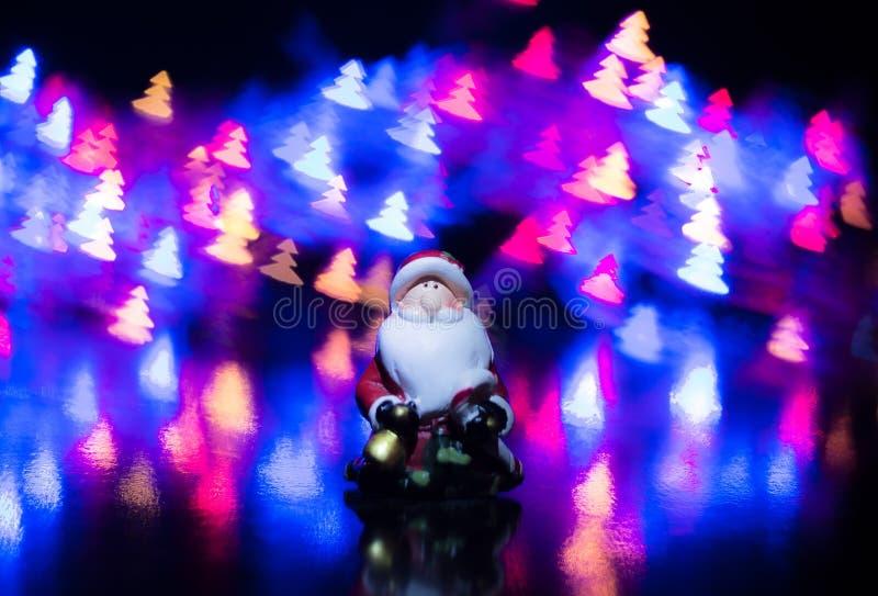五颜六色的bokeh背景的圣诞老人以圣诞树的形式 库存照片
