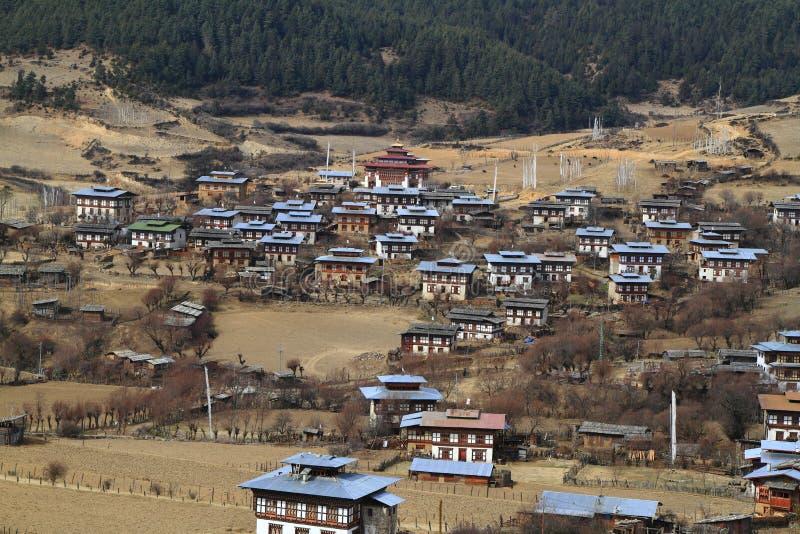 五颜六色的Dzong在美丽的不丹村庄 免版税库存图片