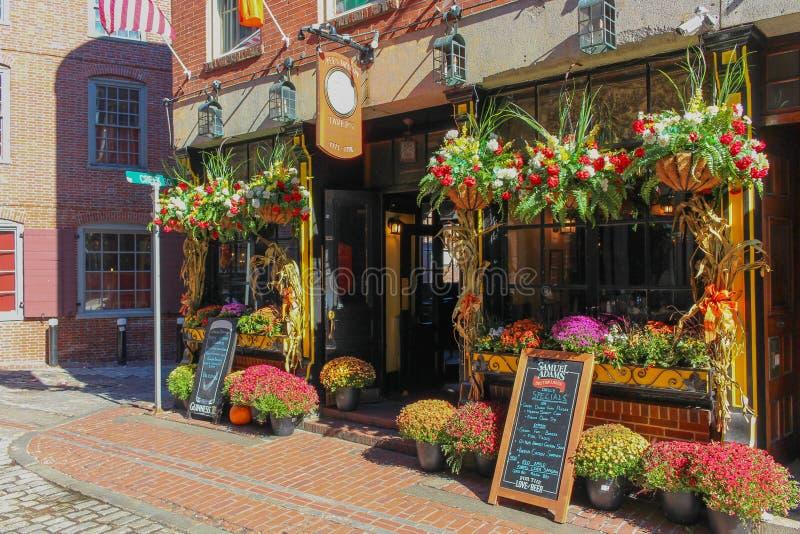 五颜六色的flowershop在街市波士顿 库存图片