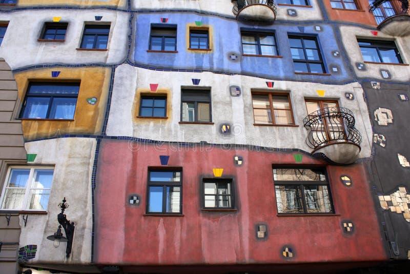 五颜六色的hundertwasserhaus 库存图片