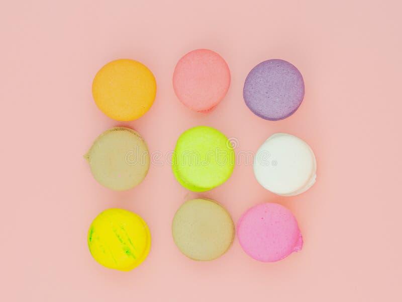 五颜六色的macaron或蛋白杏仁饼干在桃红色背景 免版税库存图片