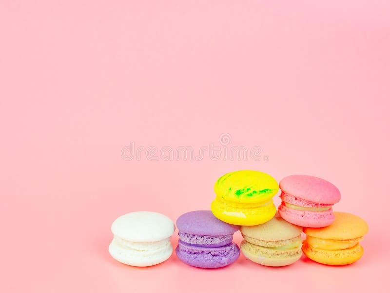 五颜六色的macaron或蛋白杏仁饼干在桃红色背景 库存照片
