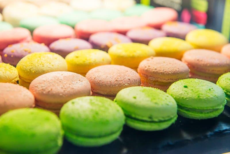 五颜六色的macarons的分类待售在商店 蛋白杏仁饼干行在糖果的购物,与甜点的店面,咖啡馆陈列室 traditio 库存照片