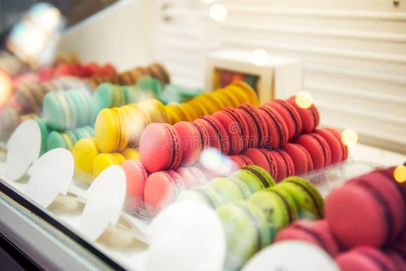 五颜六色的macarons的分类待售在商店 蛋白杏仁饼干行在糖果的购物,与甜点的店面,咖啡馆陈列室 traditio 库存图片