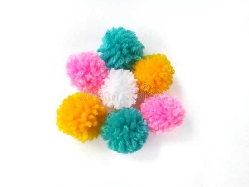 五颜六色的pom pom,毛线安排美丽的花,淡色球 免版税库存照片
