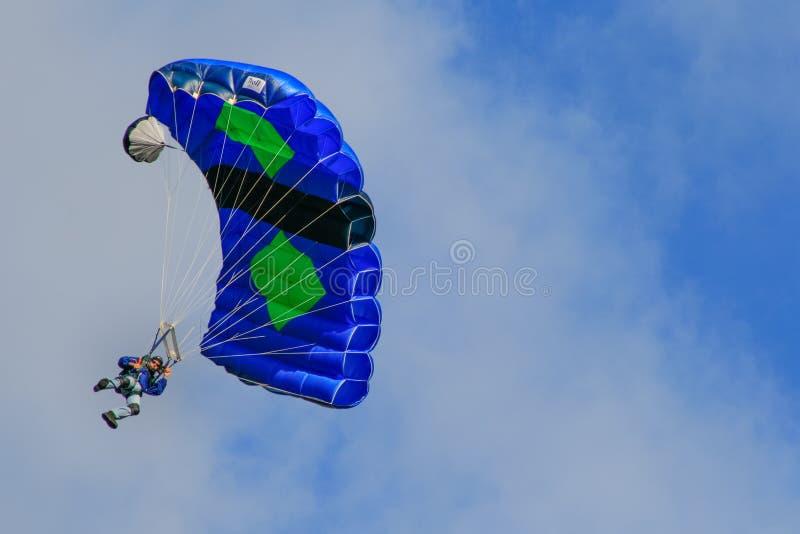 五颜六色的Skydiving基地套头衫降伞 图库摄影