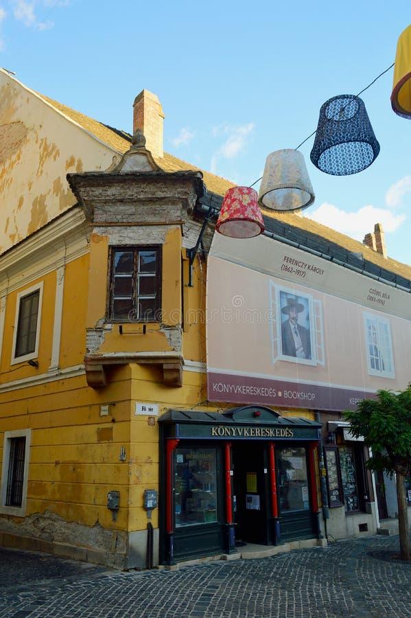 五颜六色的Szentendre街视图-建筑学和灯罩 免版税库存图片