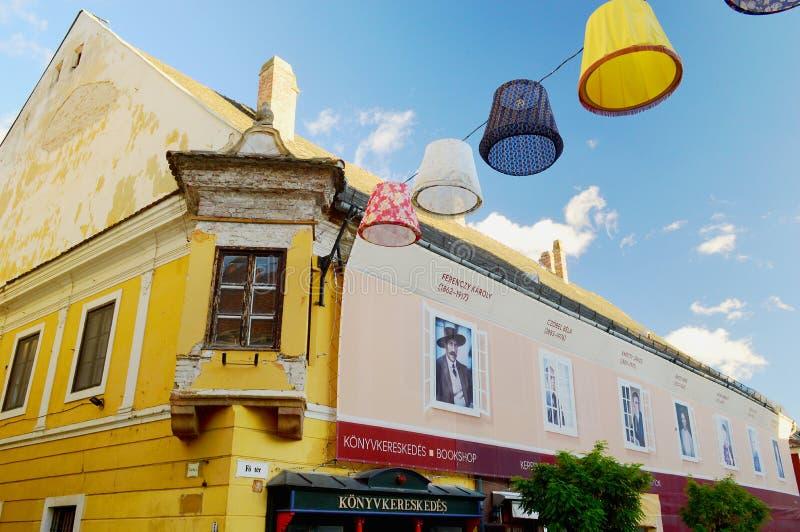 五颜六色的Szentendre街视图-建筑学和灯罩 免版税图库摄影