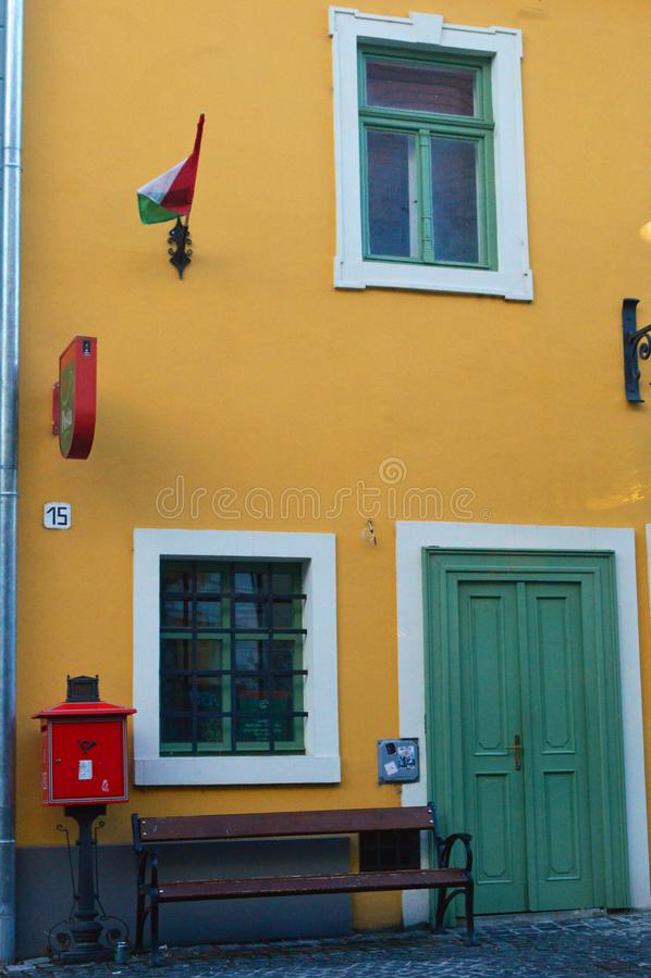 五颜六色的Szentendre街视图-建筑学 库存图片