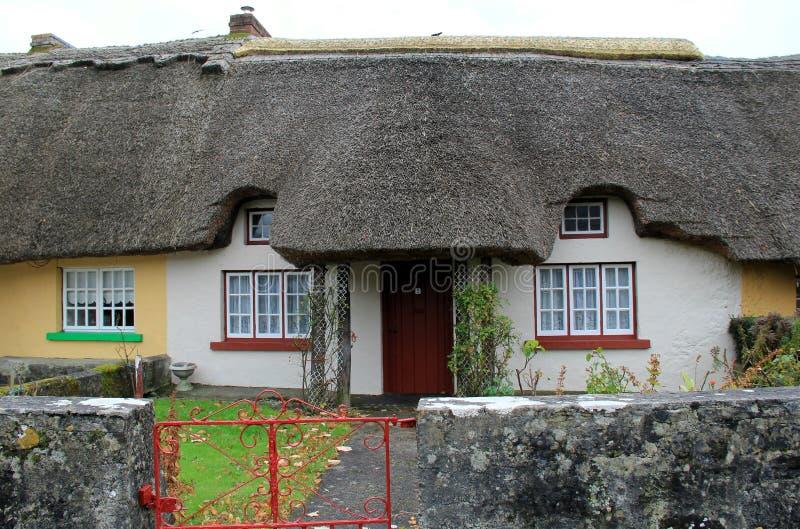 五颜六色的tatched村庄在阿德尔,爱尔兰,秋天迷人的村庄2014年 库存照片