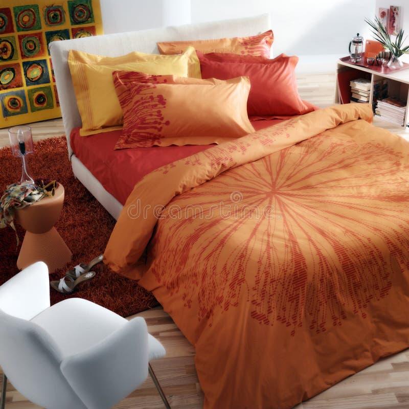 五颜六色艺术性的卧室 免版税库存照片