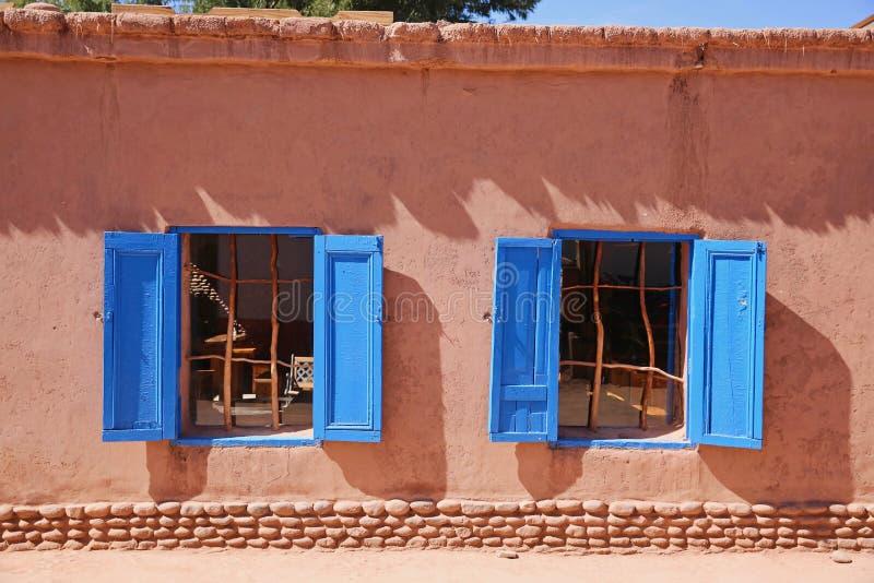 五颜六色蓝色Windows在圣佩德罗,智利,阿塔卡马沙漠 库存图片