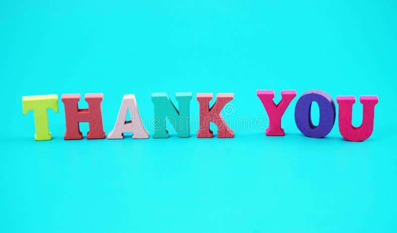 五颜六色谢谢词信件字母表有蓝色背景 免版税库存图片