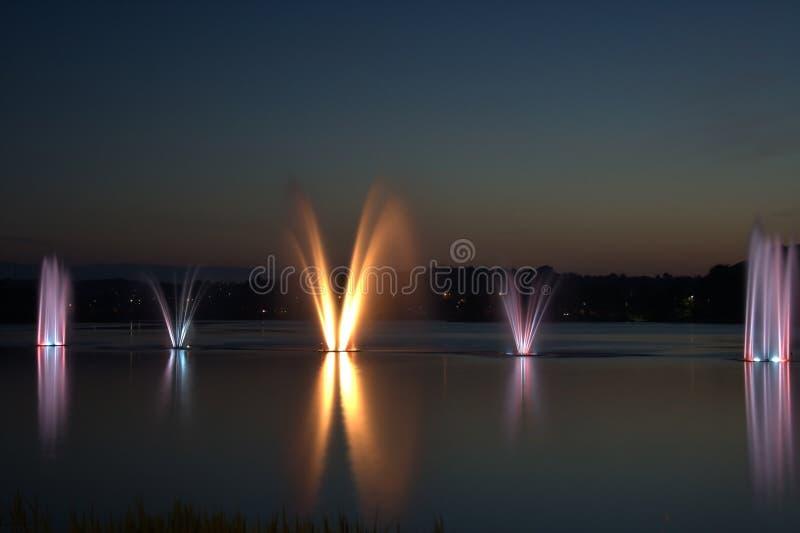 五颜六色fountian和日落 图库摄影