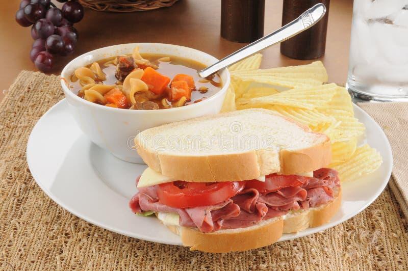五香熏牛肉三明治用汤 库存照片