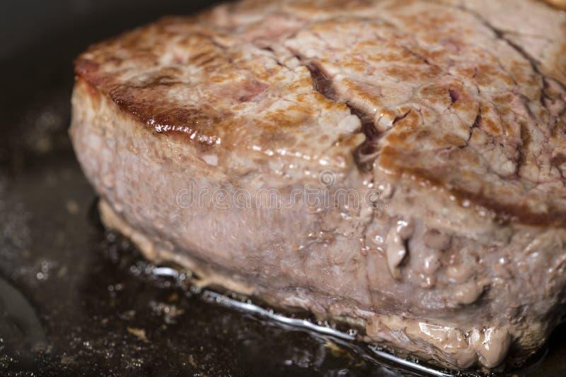 井在平底锅的做的里脊肉牛排 图库摄影