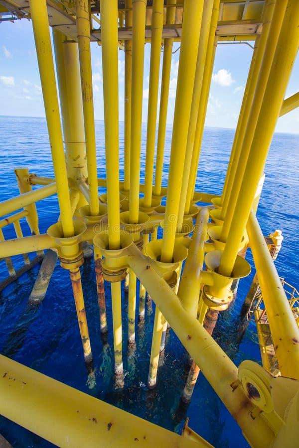 井管壁和好的槽孔在油和煤气遥远的泉源平台 库存图片