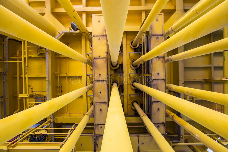 井管壁和好的槽孔在油和煤气遥远的泉源平台 图库摄影