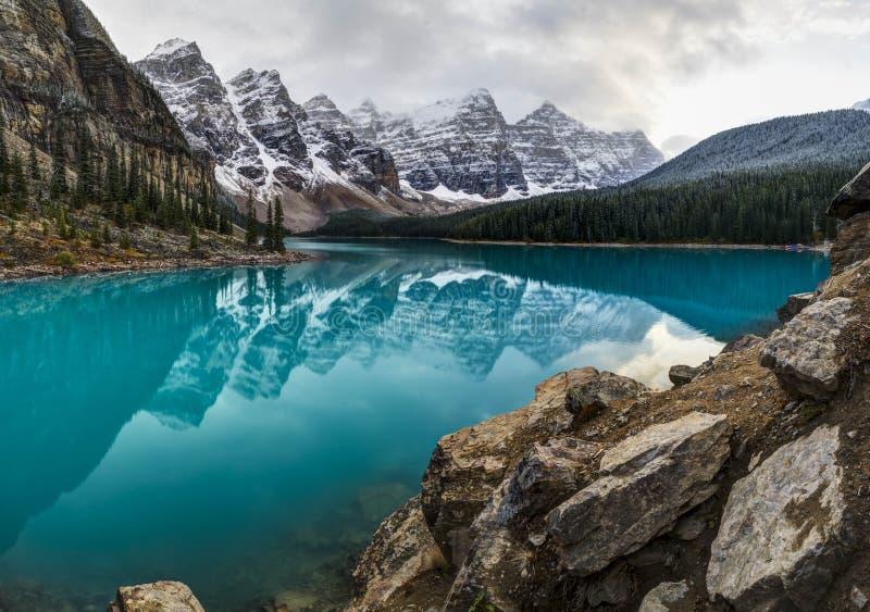 亚伯大banff加拿大湖找出路易丝冰碛国家最近的公园 图库摄影