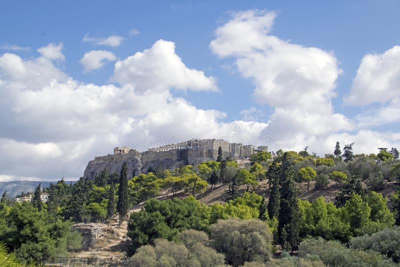 亚典人上城的小山的看法在夏天在希腊 免版税库存照片