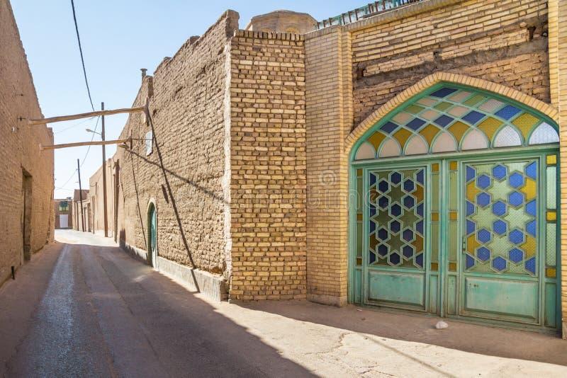 亚兹德,伊朗老镇的典型的街道,有它典型的黏土墙壁、古老门和黏土大厦的 免版税库存照片