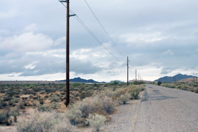 亚利桑那农村沙漠的路 免版税库存图片