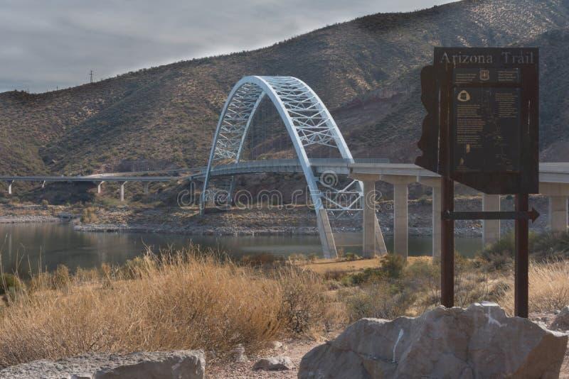 亚利桑那足迹标志和罗斯福桥梁 免版税库存图片