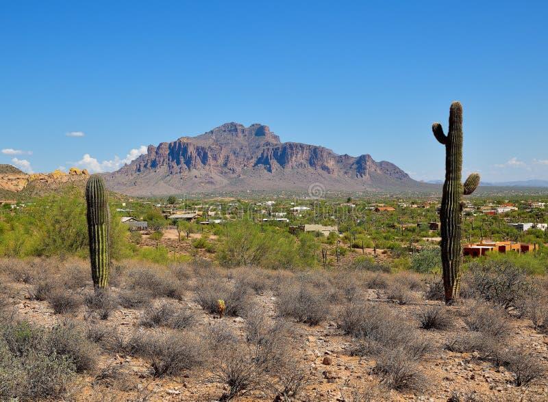 亚利桑那,阿帕奇章克申:迷信山山麓小丘的Adobe市  免版税图库摄影