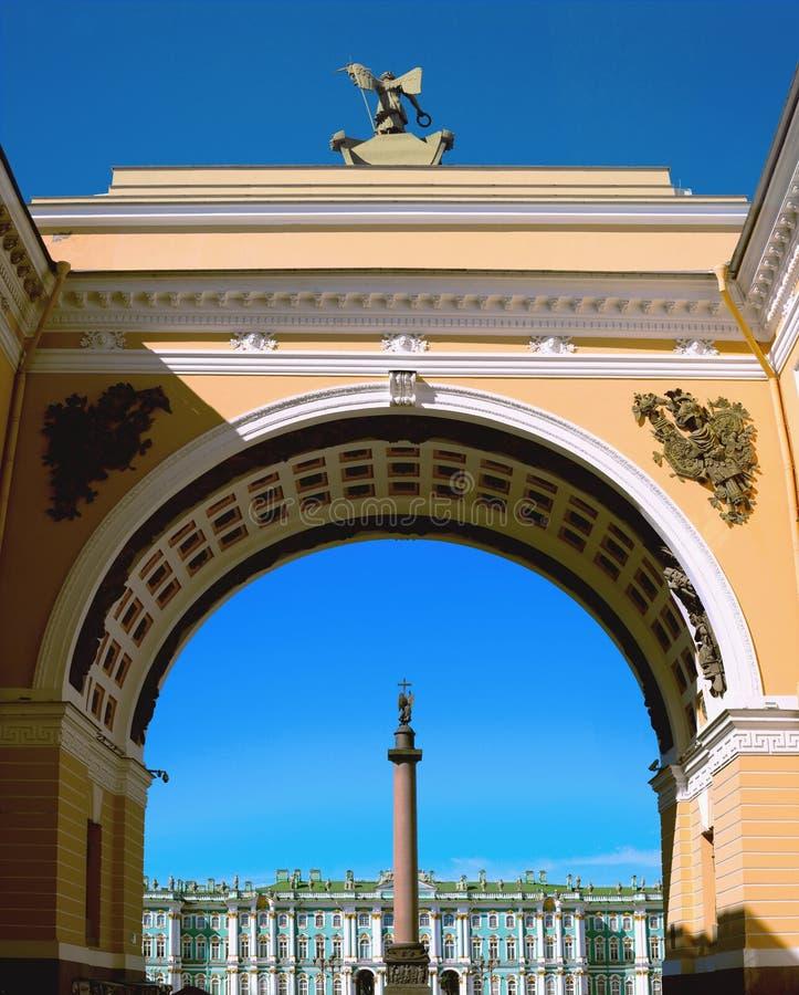 亚历山大专栏的看法和冬宫通过总参谋部的曲拱在圣彼德堡,俄罗斯 免版税库存照片