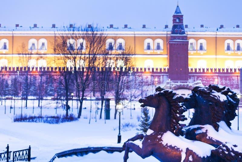亚历山大庭院在蓝色降雪的夜间,莫斯科视图  免版税库存照片