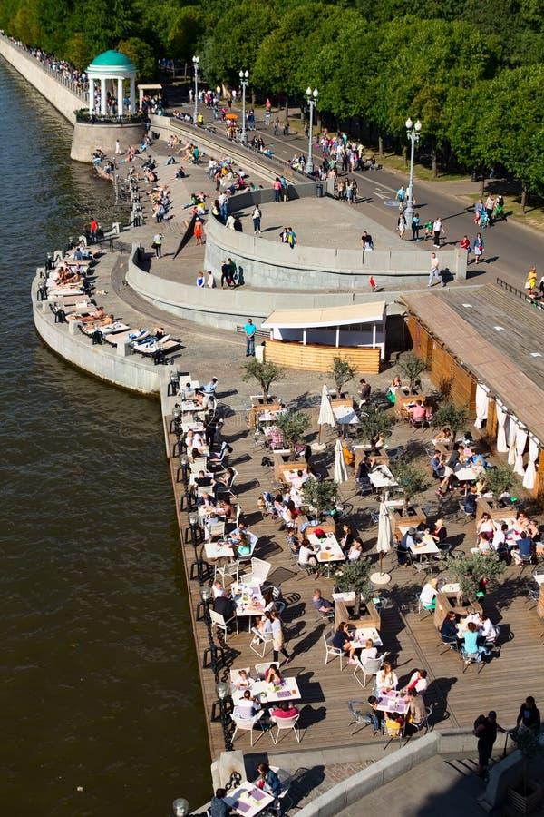 从亚历山大桥梁的看法在莫斯科R的堤防 免版税库存图片
