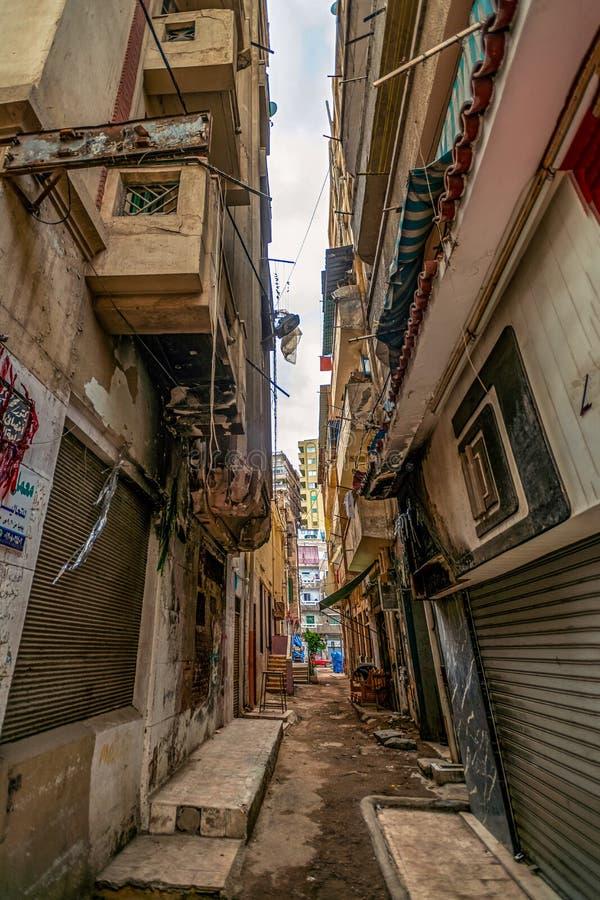 亚历山大,埃及,一个古老阿拉伯城市的车道沾染与各种各样的垃圾 图库摄影