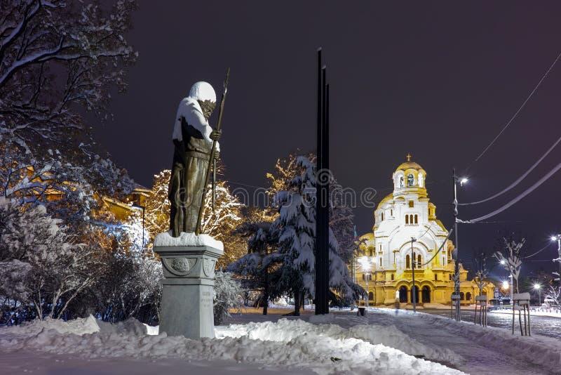 亚历山大・涅夫斯基广场和沙皇撒母耳纪念碑,索非亚夜照片  库存图片