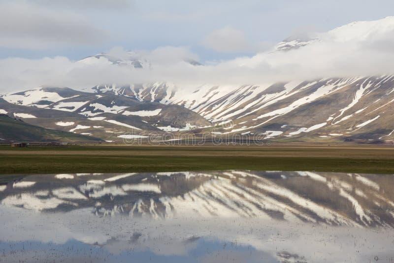 亚平宁山脉风景用水 库存图片