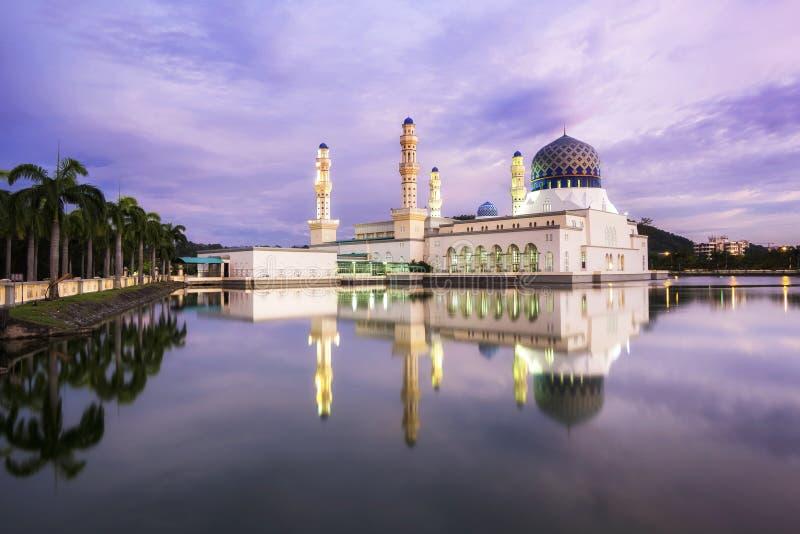 亚庇日落的市清真寺在沙巴,婆罗洲,马来西亚 免版税库存图片