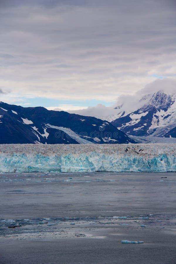 亚库塔特,阿拉斯加/美国- 9月 11日2012年:哈伯德冰川一个垂直的看法  哈伯德冰川是被找出的冰川  库存图片
