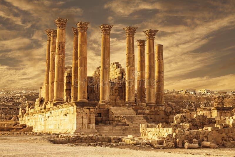 亚底米神庙在古老罗马市日落的Gerasa,边框形式日杰拉什, 库存图片