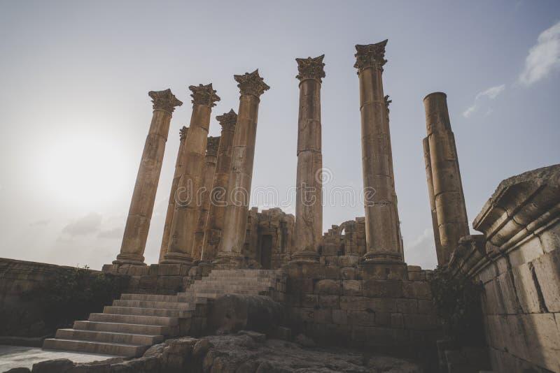 亚底米神庙在Gerasa边框形式日杰拉什,约旦古老罗马  罗马时代的高专栏反对蓝色的 免版税库存照片