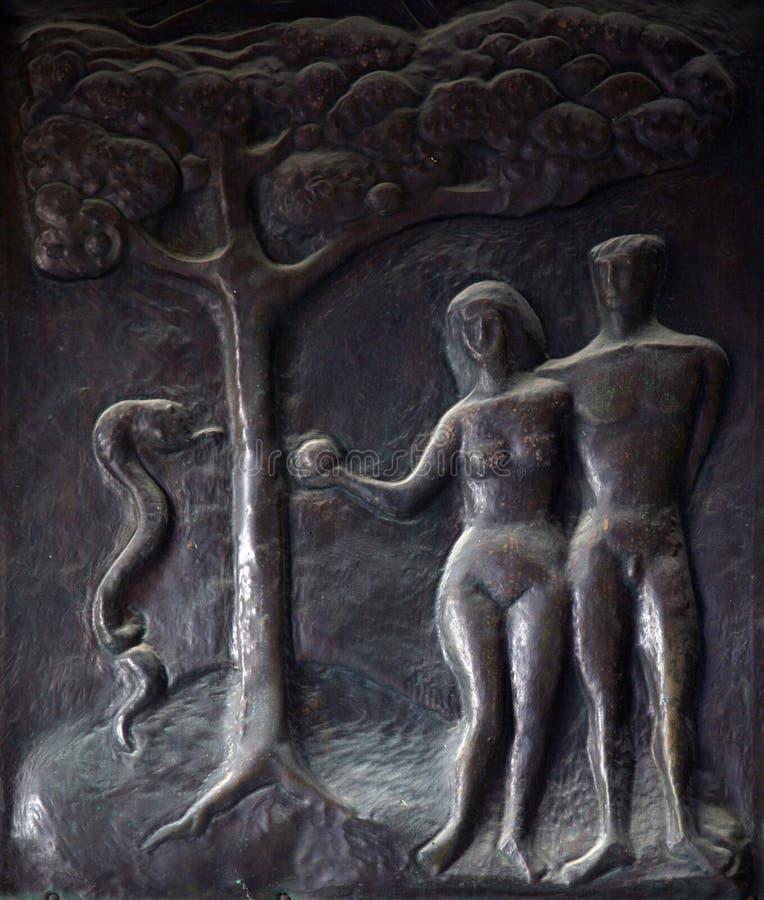 亚当和伊芙,故事的例证从圣经的在通告的门大教堂在拿撒勒 图库摄影