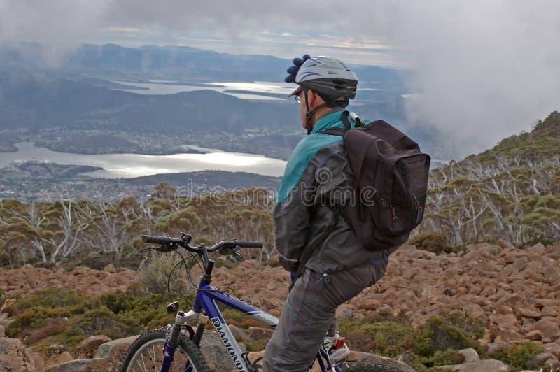 亚当斯领域,塔斯马尼亚岛11月08日2005年:Mountainbikers视图ove 图库摄影