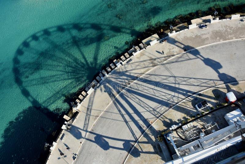 亚得里亚海、lungomare巴里和轮子的阴影 库存照片