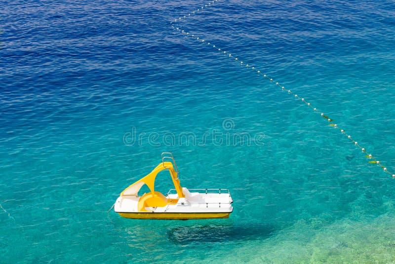 亚得里亚海用绿松石水 水自行车在清楚的水中 图库摄影